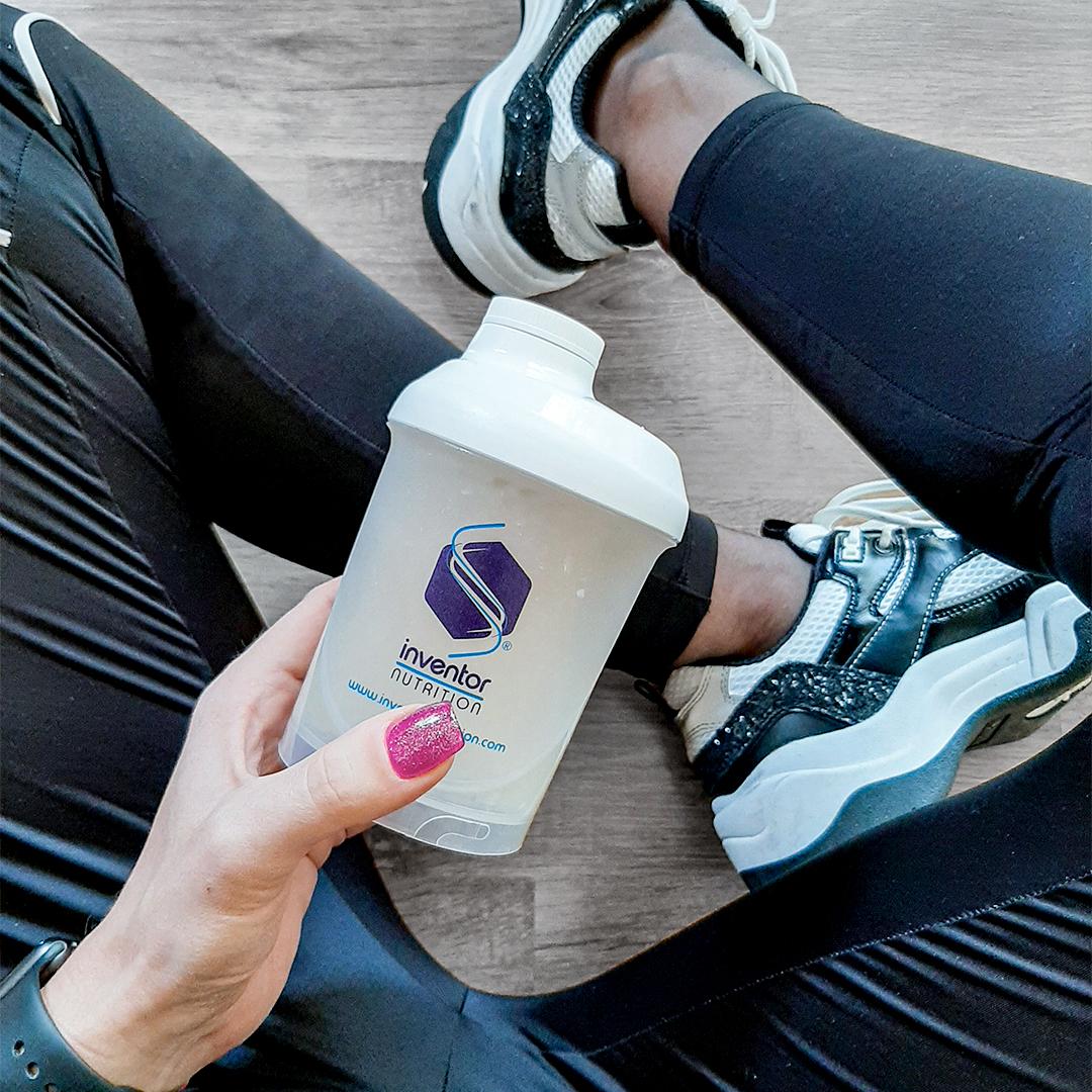 Vidd el az edzésre a kedvenc fehérjédet a kényelmes Inventor Shaker-ben