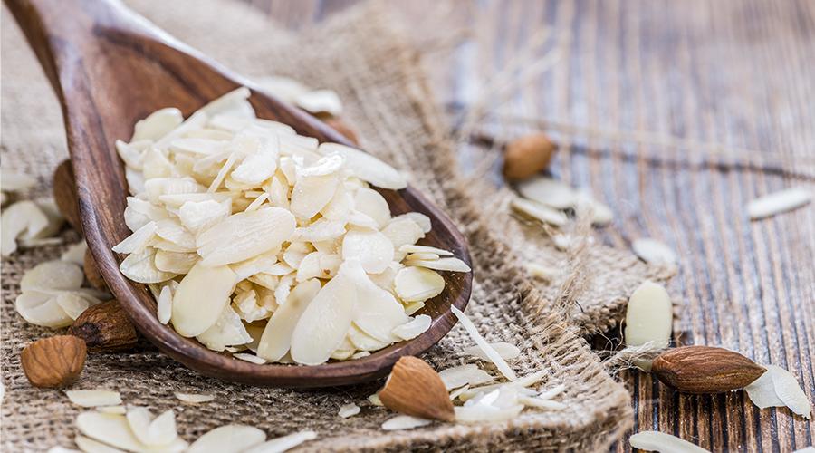 Finom szeletelt mandula az Inventor Nutrition muffinporából készült piskótához