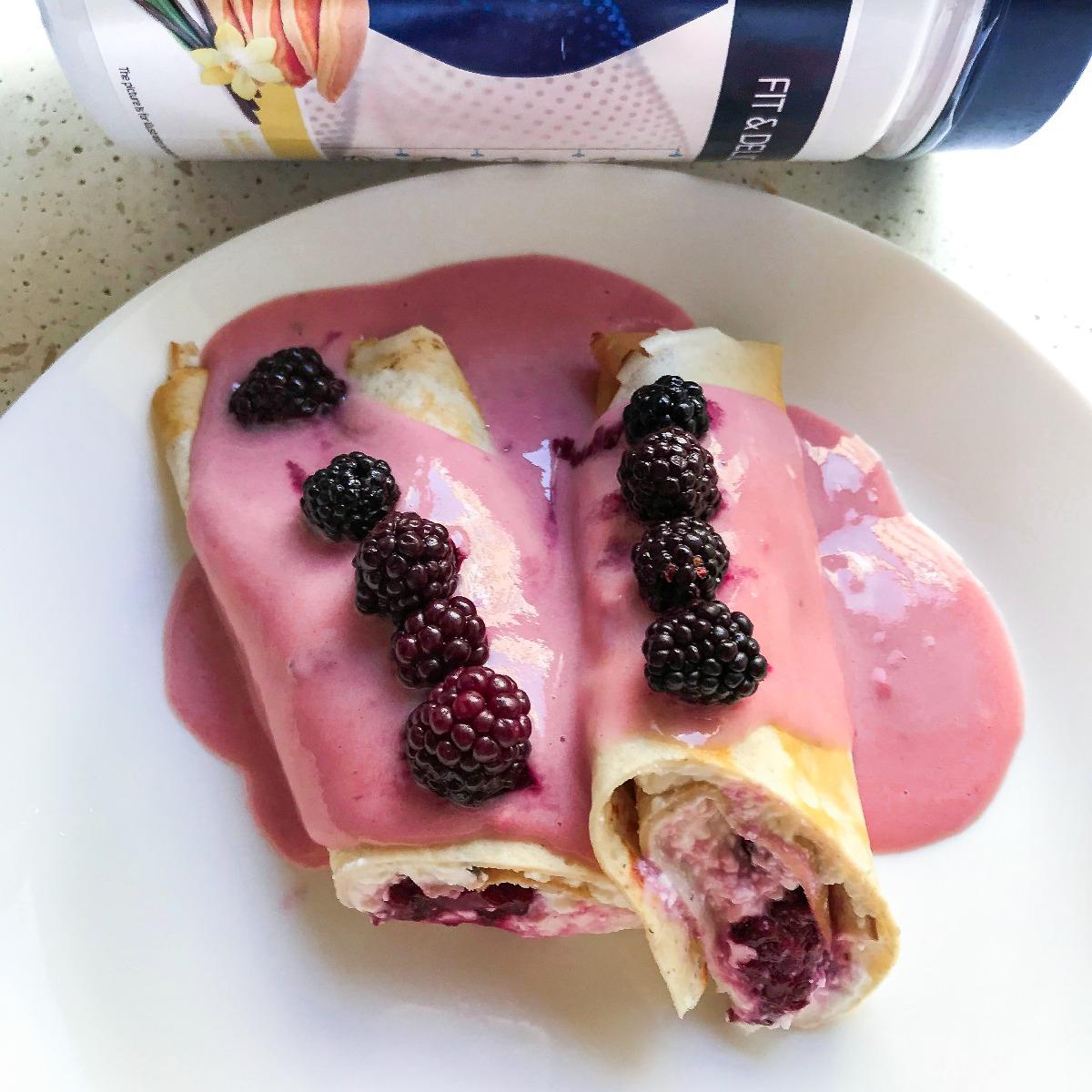 Inventor Nutrition fitt protein palacsinta, megtöltve mennyei piros gyümölcsökkel, túróval és leöntve Inventor Nutrition eper ízű Profiberrel